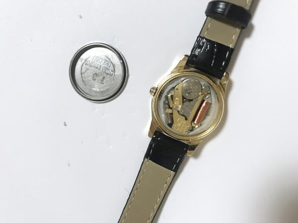 シチズン腕時計QA37-102の裏ぶたをあけて電池交換をする画像