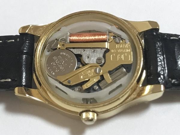 シチズンのアナログ腕時計の裏ブタをとり使用電池を確認