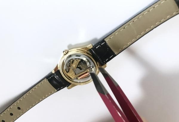 シチズン腕時計の電池を自分で交換している画像