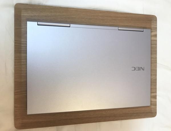 ニトリのすべりにくい木製トレー ヤナギMにパソコンを乗せた画像