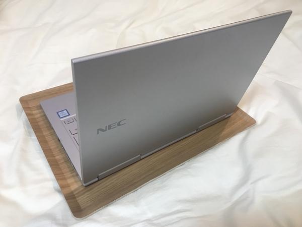 ニトリの滑り止め加工のトレイにパソコンをのせてベッドテーブルとして使う画像