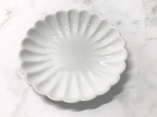 100円ショップセリアの花形の白い小皿の菊皿