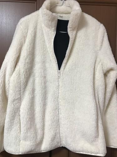 ユニクロのファーリーフリースフルジップジャケット白のコーディネート画像