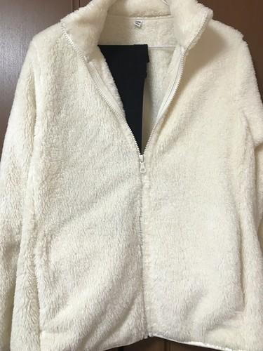 ユニクロのファーリーフリースフルジップジャケット白色の下着が透ける画像