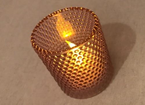 100均キャンドゥのツブツブ柄のガラス製キャンドルホルダー点灯時
