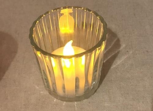 ニトリのガラス製キャンドルホルダーと点灯LEDキャンドル
