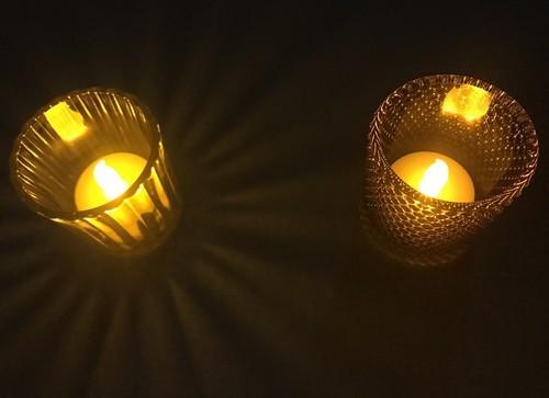 100円ダイソーのLEDキャンドルをニトリと百均のキャンドルホルダーに入れて点灯した影