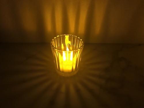 ニトリのガラス製キャンドルホルダーの放射状の影