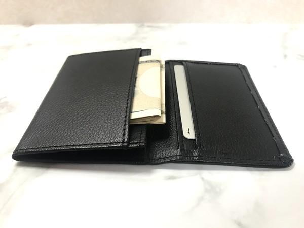 セリアの名刺入れ財布に二つ折りのお札を入れる