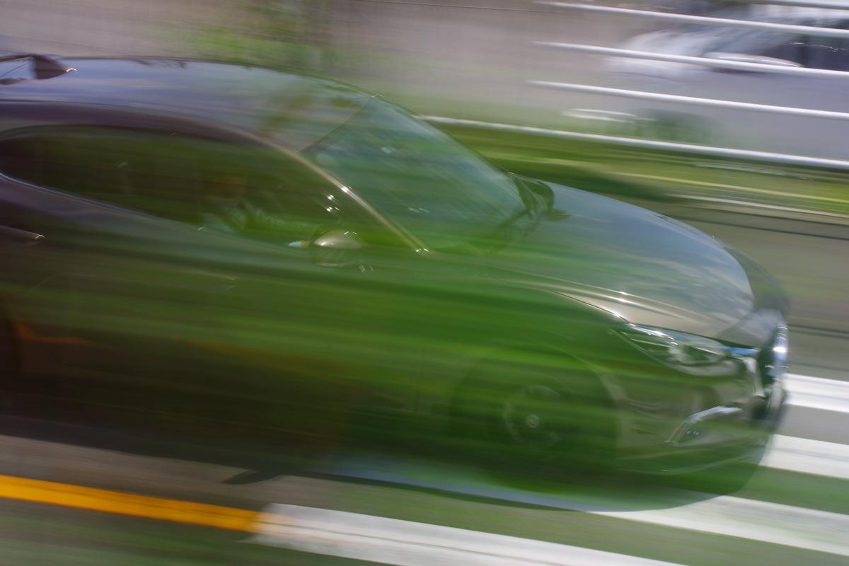草むらと重なる愛車。スピード感がマシマシ。
