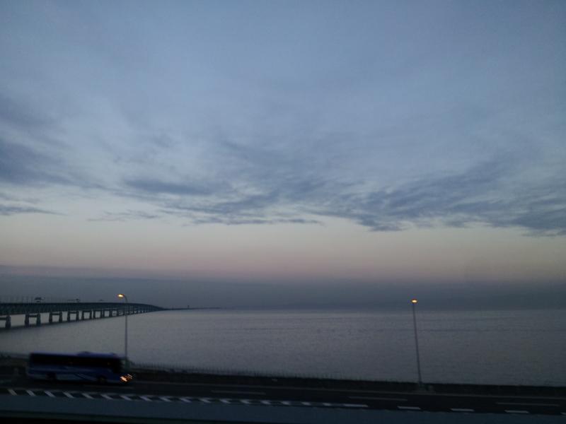 水平線の向こうへ続く橋