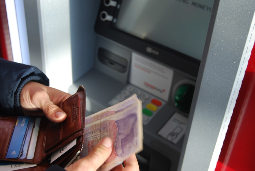 ATMでお金を引き出している男性