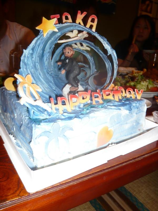 誕生日特製ケーキ。チューブ入り。DIOSの板に乗ってます。