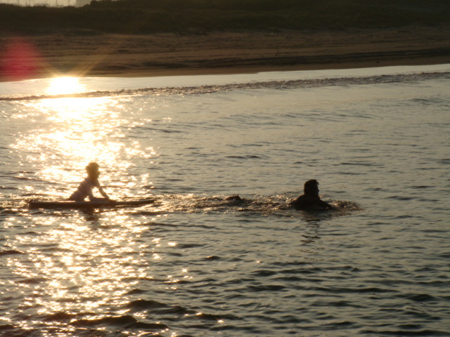 夏、夕暮れ時のサーフィンも気持ちいい~。