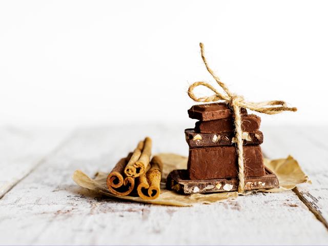 チョコレート菓子とシナモンのフロントタワーは紙袋にスティックします