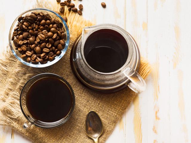 コピースペースが付いている布のブラックコーヒーの配置