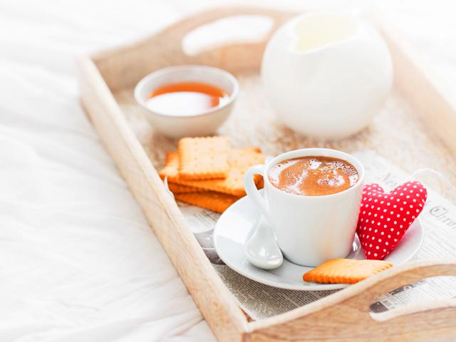 コーヒー、心と黄金の贈り物と一緒に朝食トレイ