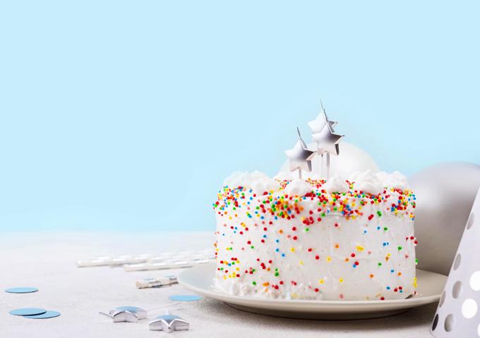 振りかけるバースデーケーキ