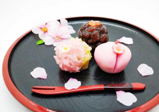 《お菓子とデザイン》菓匠 清閑院【お土産・母の日】、赤い花が可愛らしい苺の果肉餡入りくず羹パッケージなど3選