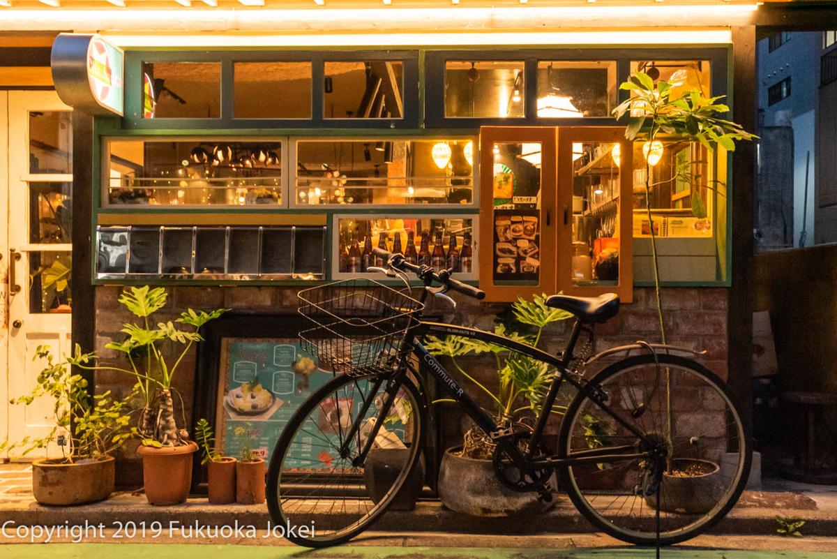 自転車と飲食店 夜の画像