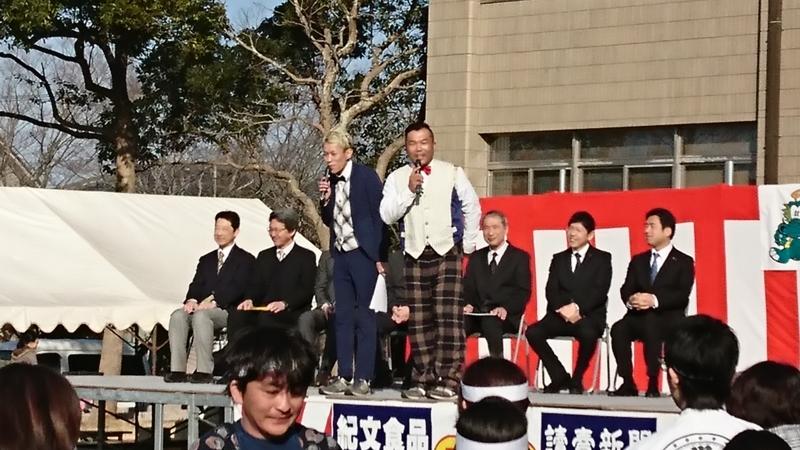 千葉県よしもと住みます芸人のゴールデンボーイズがさかえリバーサイドマラソンの開会式を盛り上げています。