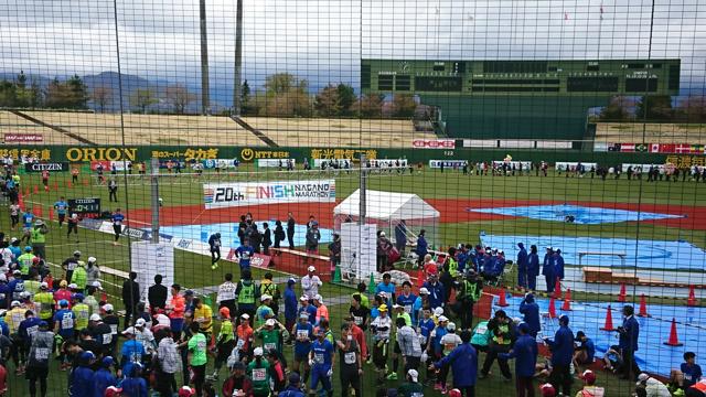 長野マラソンのゴール地点の長野オリンピックスタジアムの様子