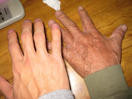 おじぃの手と僕の手