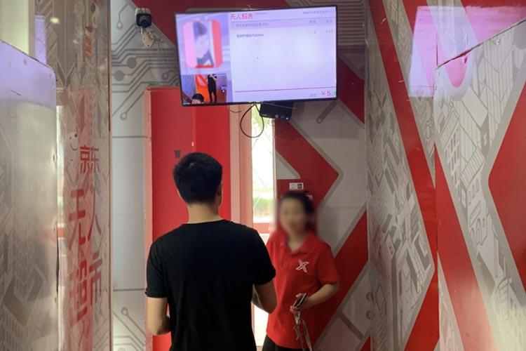 無人コンビニ出口の顔認証システム©beBit,Inc