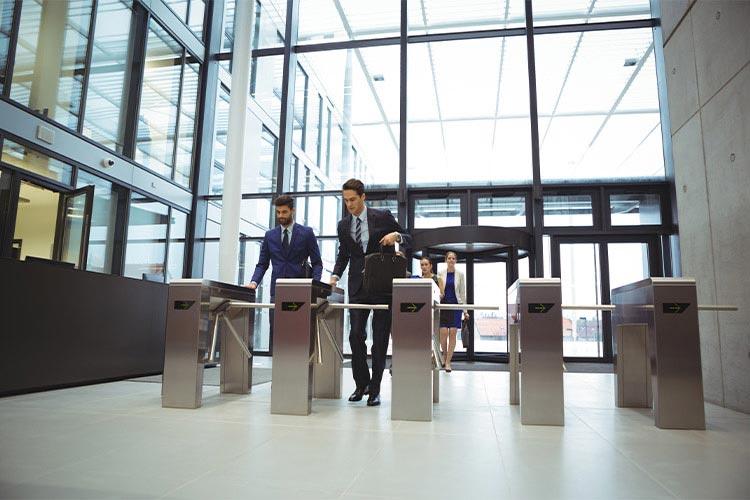 近年、セキュリティ対策のため多くのオフィスビルの入り口には入館ゲートが設置されている