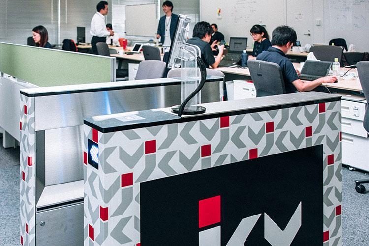 日本コンピュータビジョン社に設置されている顔認証搭載デバイスが設置された入退館ゲート
