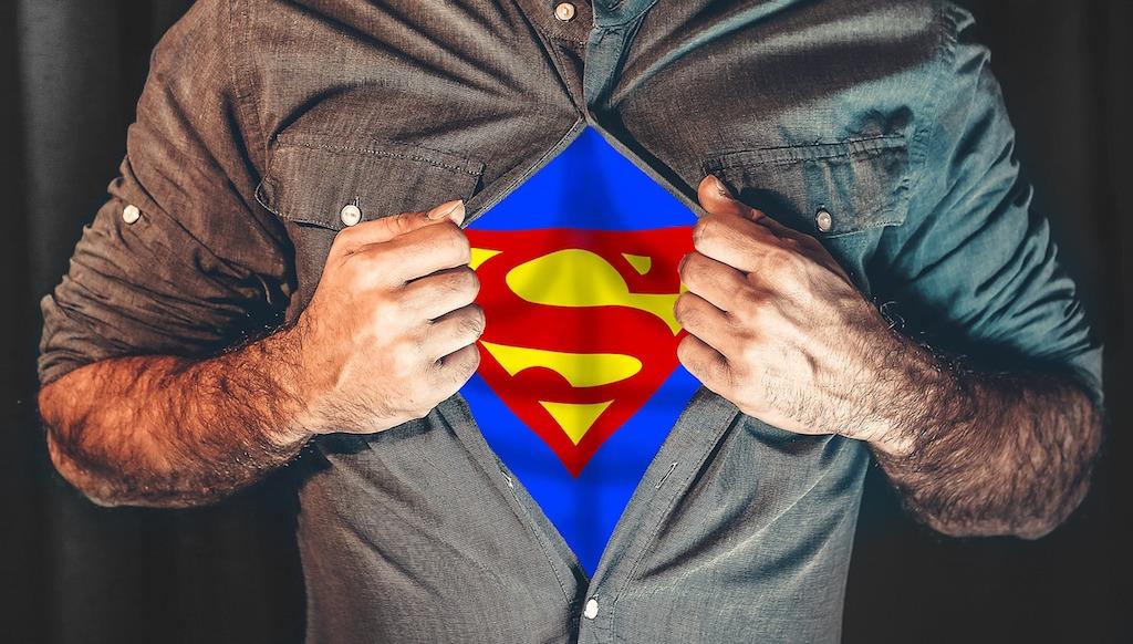 スーパーマンに変身する男性