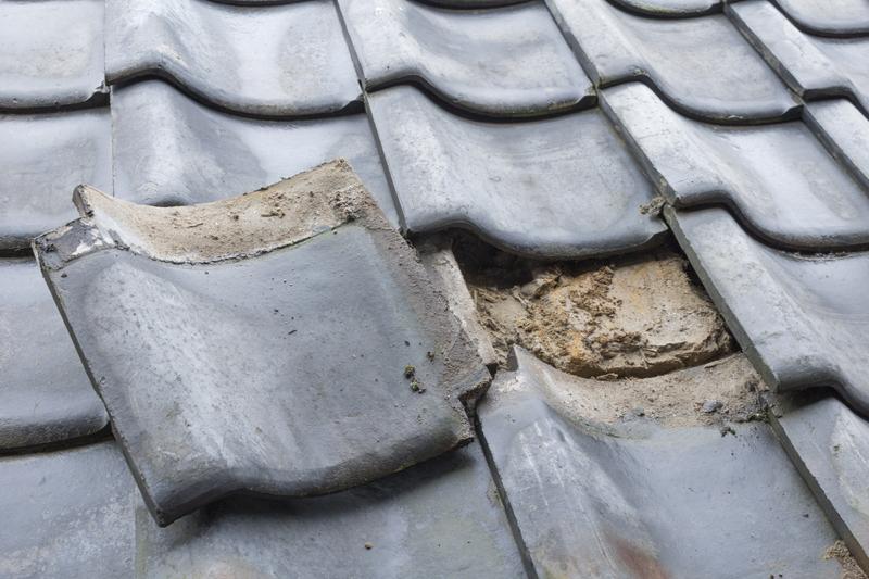 破損した瓦屋根