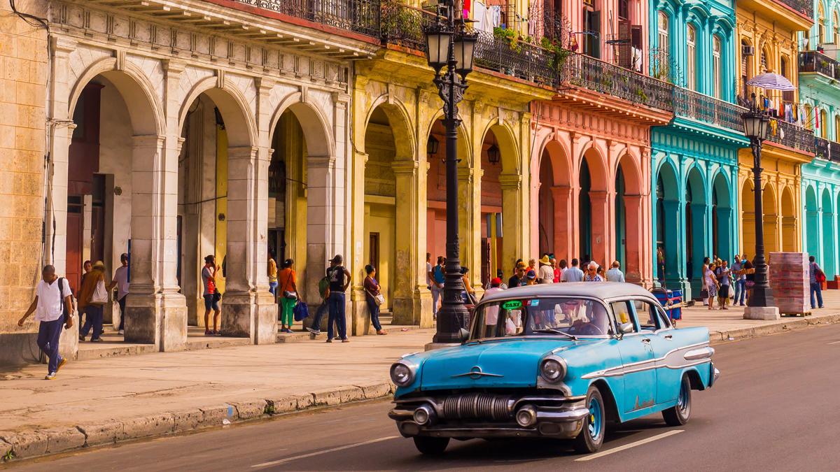 今もクラッシックカーが走るキューバの町並み