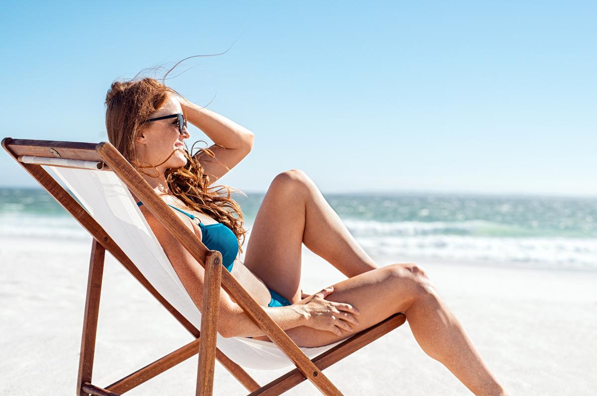 日光浴をする女性