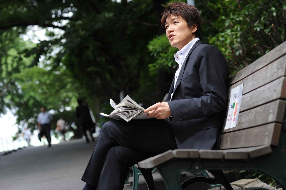 ベンチに座る林修先生