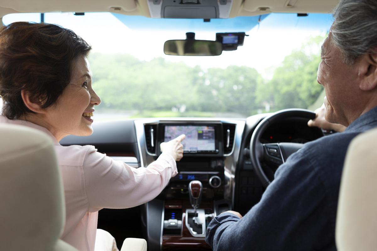 運転する高齢夫婦
