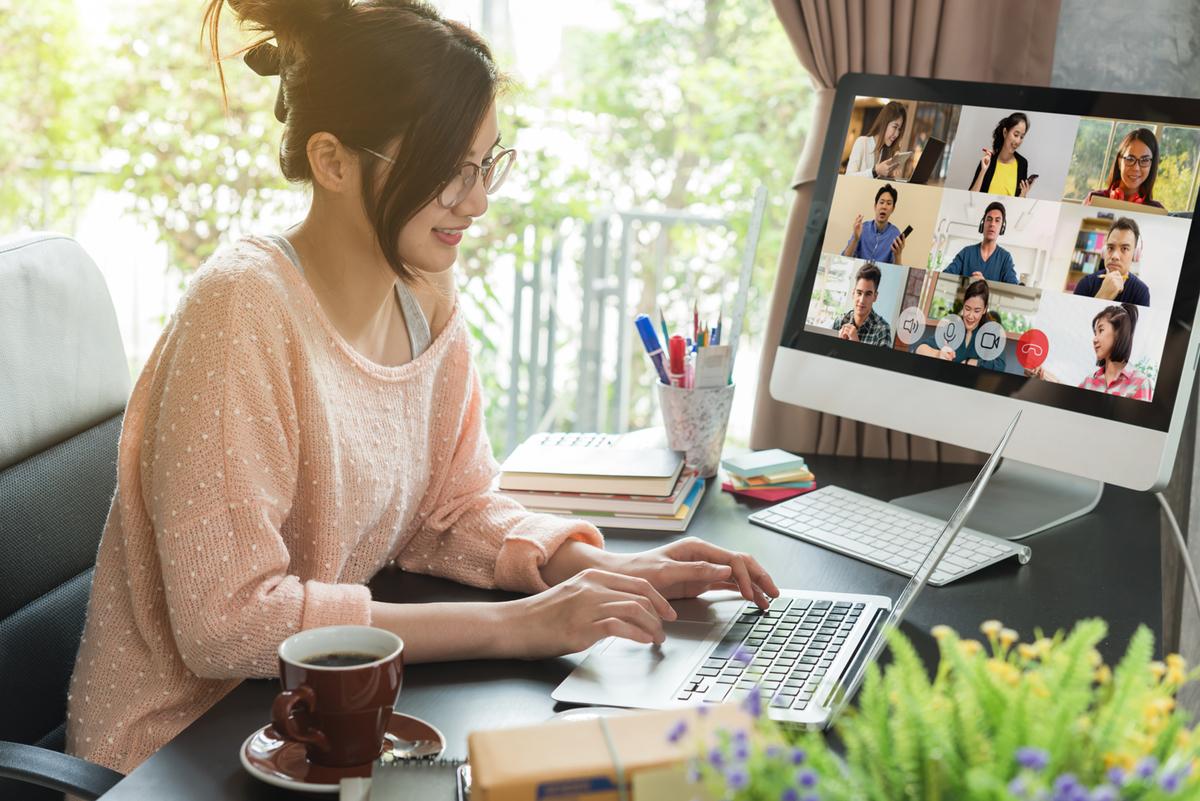 家で仕事をする女性