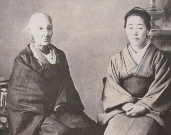 晩年の楠本イネ(左)と娘のタカ(右)