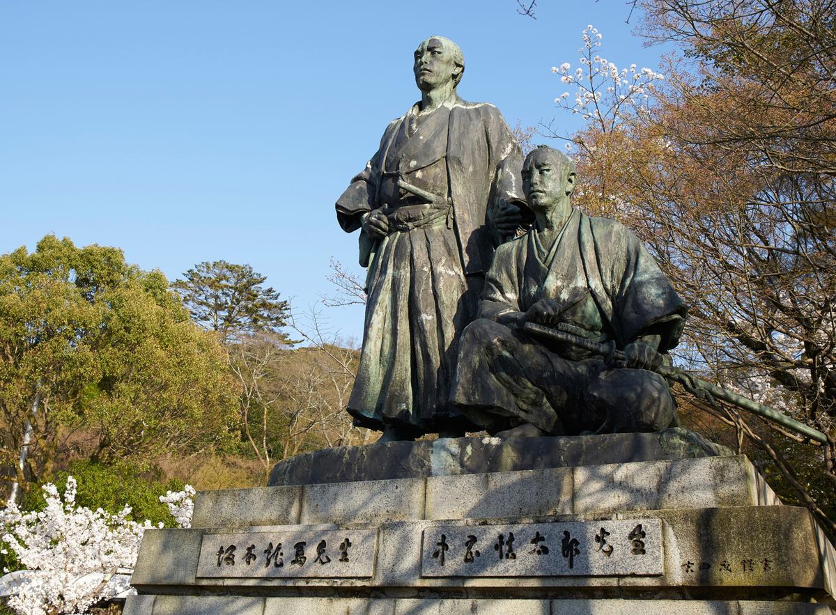 龍馬像といえば高知県の桂浜をイメージする人は多いが、円山公園(京都)にも坂本龍馬と中岡慎太郎が二人で並んだ像がある