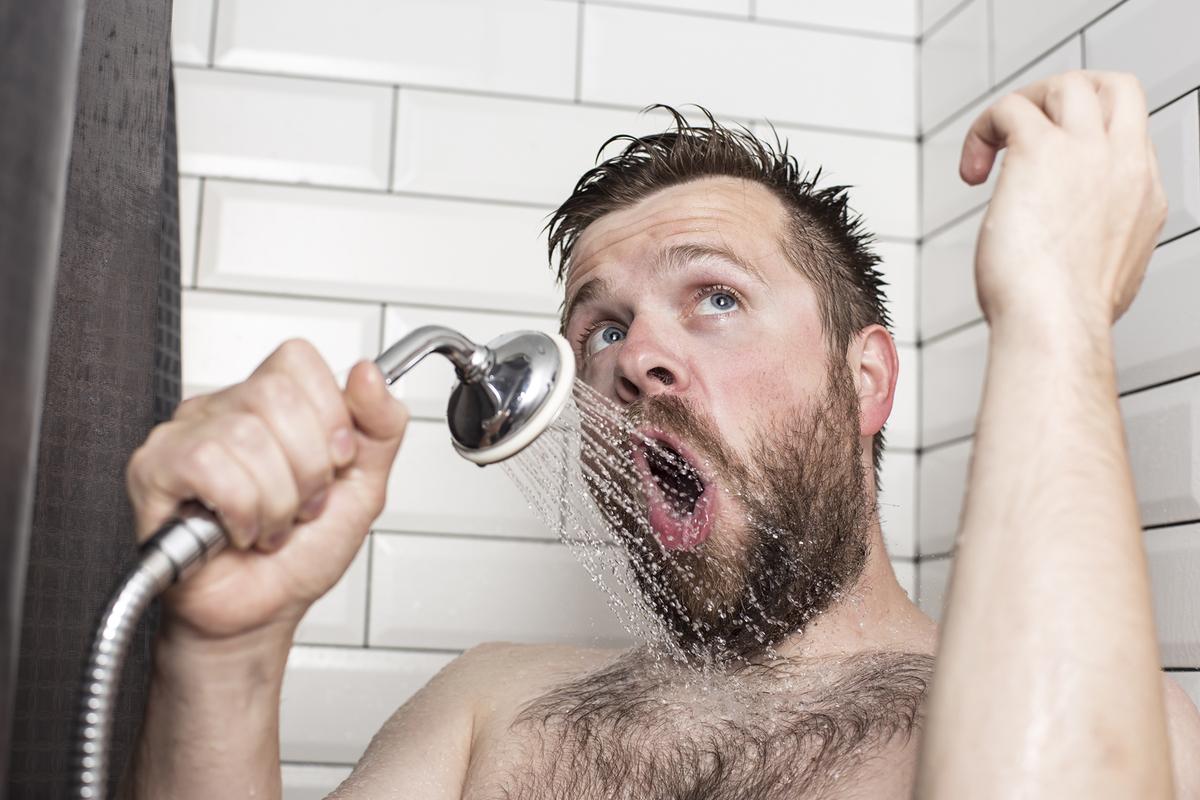 お風呂で歌う男性