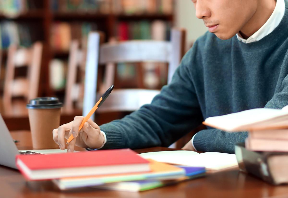 勉強する男子