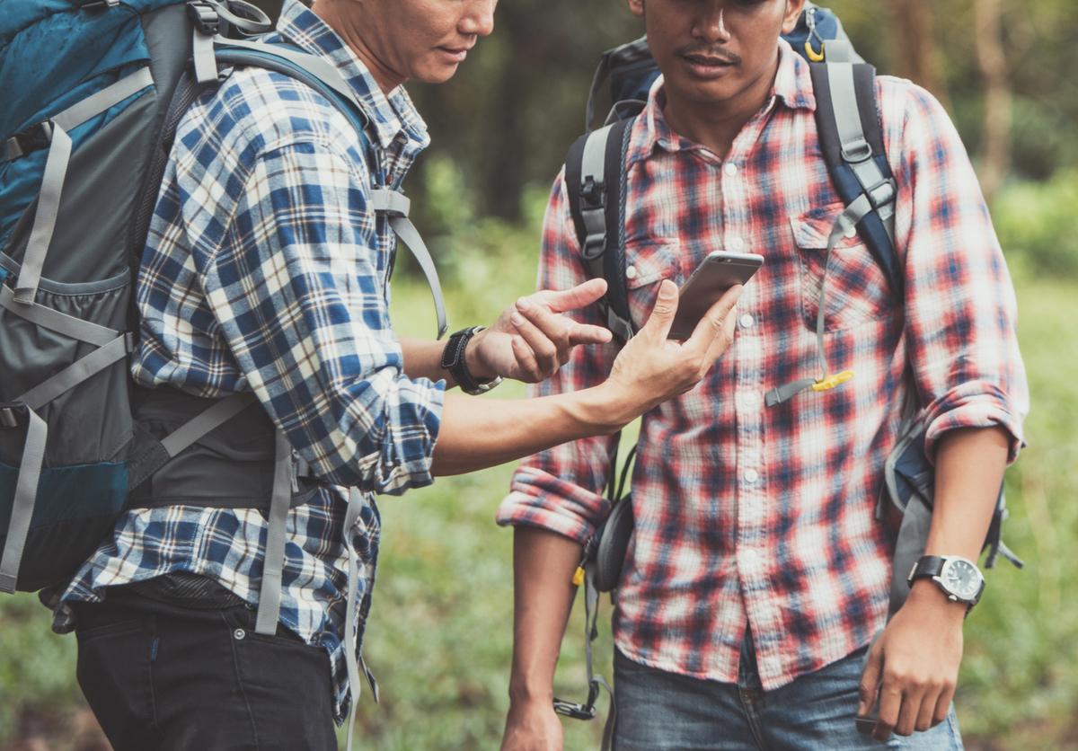登山中の男性二人