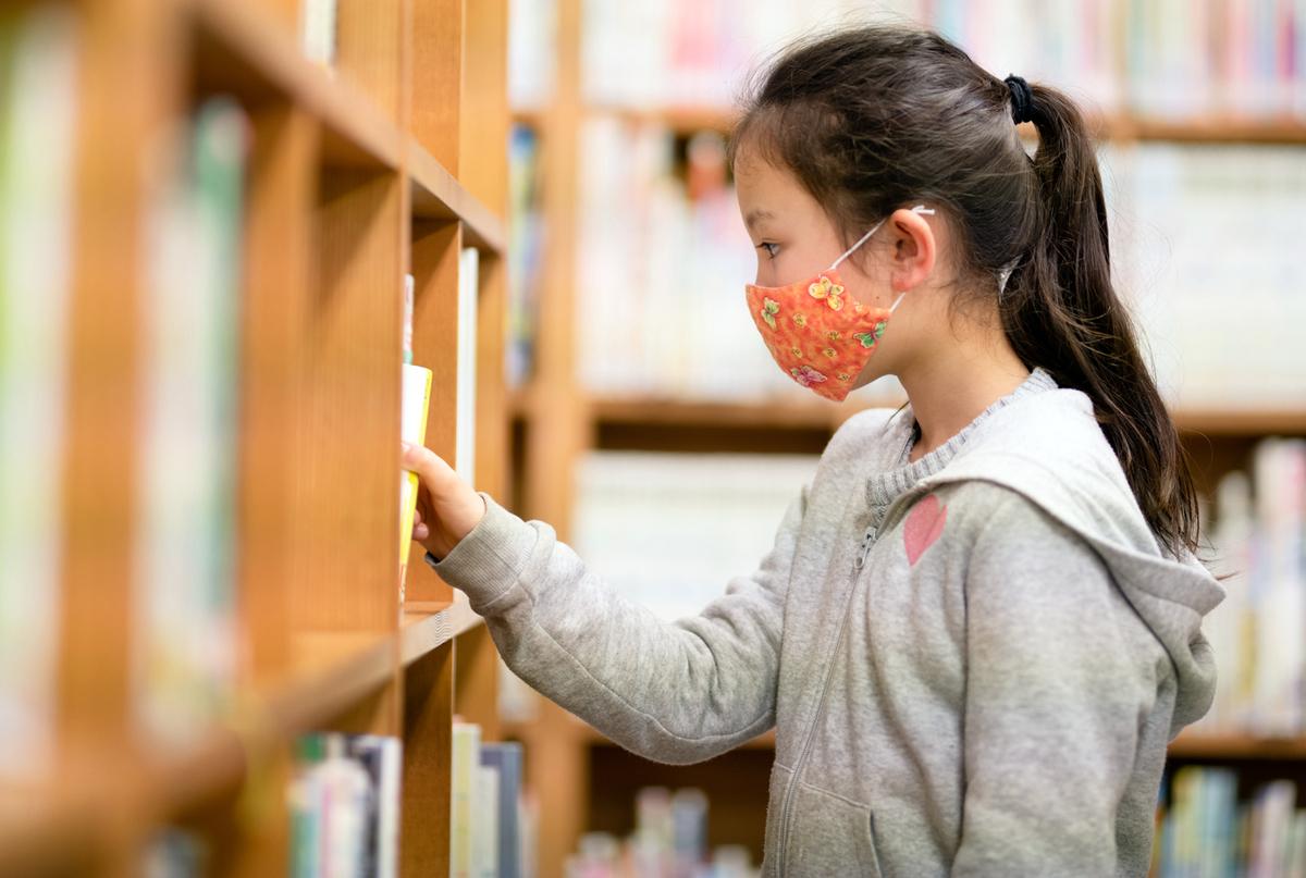 本を選ぶ女の子
