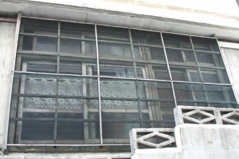 格子網戸の窓
