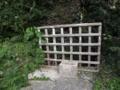 国吉比屋の墓の入口にある井戸
