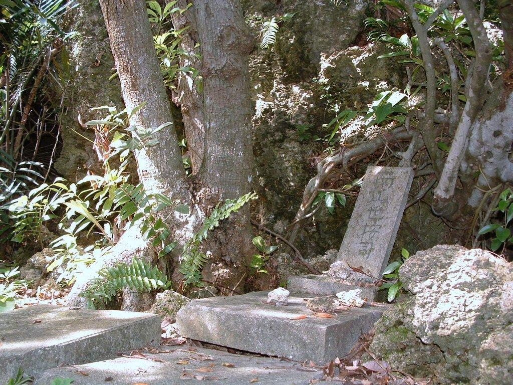 小城のニーセー石の周辺の拝所 小城のニーセー石の周辺の拝所 20131227  個別「小城のニー