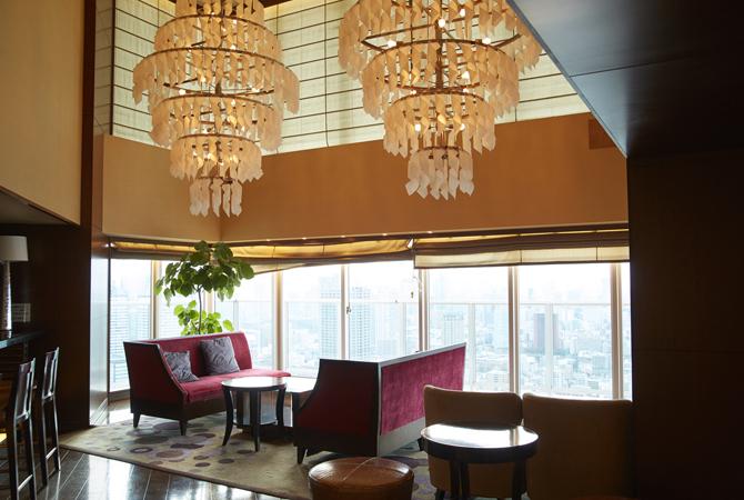 シャンデリアと赤いソファが印象的なアーバンドック パークシティ豊洲のスカイラウンジ