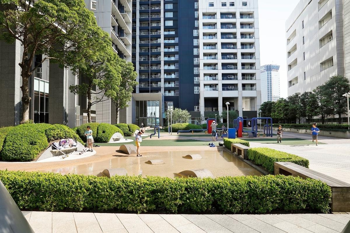 ワールドシティタワーズの中庭の写真