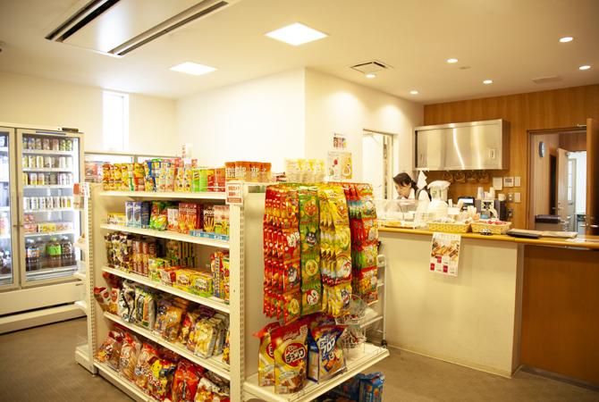 プラウドシティ浦和のセンターハウスには食料品が購入できるミニショップがある