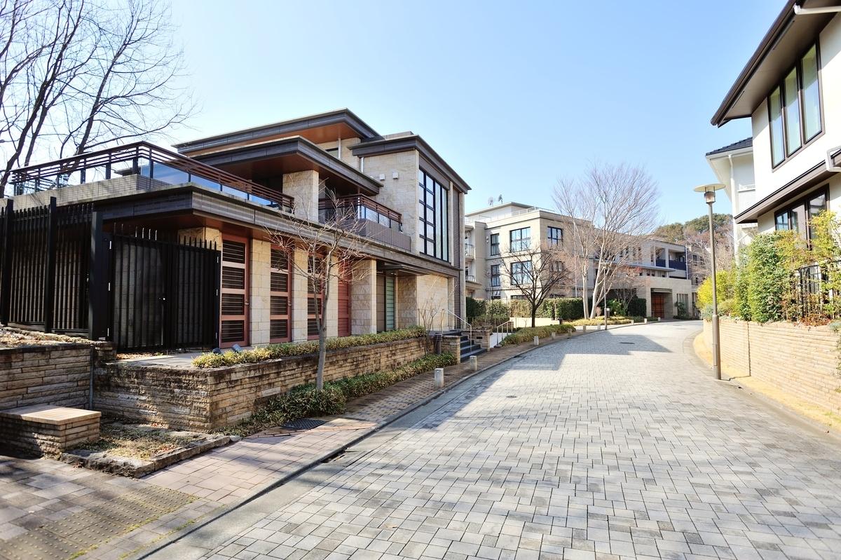 パークシティ浜田山の共用施設と石畳の道路